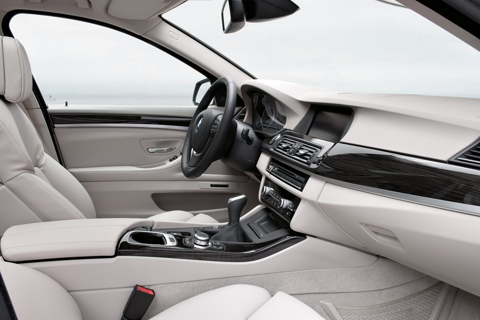 The new 2011 BMW 5 Series Touring with cool Highlights | BMWCoop